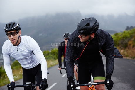 Male cyclist friends cycling on roadの写真素材 [FYI02181731]