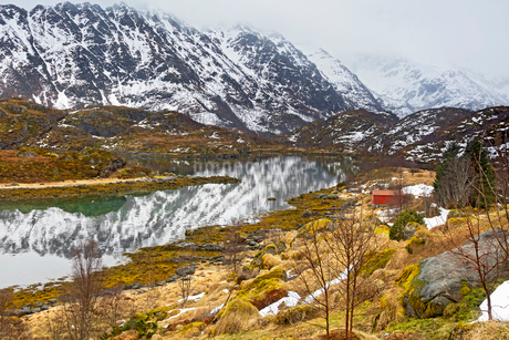 Tranquil, remote snowy mountain landscape, Alsvag, Langoya, Norwayの写真素材 [FYI02181923]