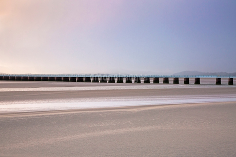 Tranquil pier over sandy estuary, Arnside Lancs, UKの写真素材 [FYI02181998]