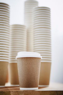 Stacks of recyclable disposable cupsの写真素材 [FYI02182000]