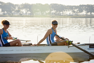 Portrait smiling female rower in scull on sunny lakeの写真素材 [FYI02182080]