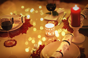 Red wine and candles on ambient Christmas dinner tableの写真素材 [FYI02182088]