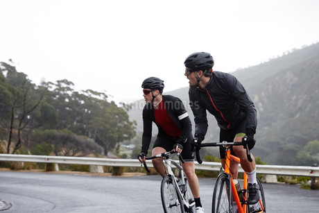 Male cyclists cycling on roadの写真素材 [FYI02182119]
