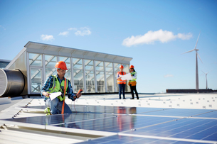 Engineer testing solar panels at sunny power plantの写真素材 [FYI02182167]
