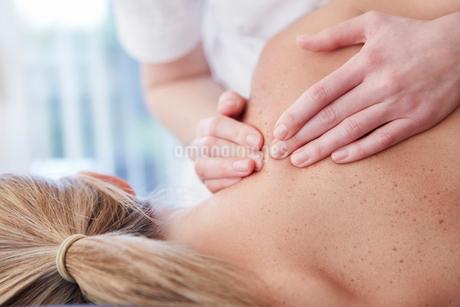Woman receiving shoulder massageの写真素材 [FYI02182195]
