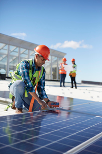 Engineer testing solar panel at power plantの写真素材 [FYI02182224]