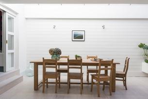 Luxury home showcase patio dining tableの写真素材 [FYI02182273]