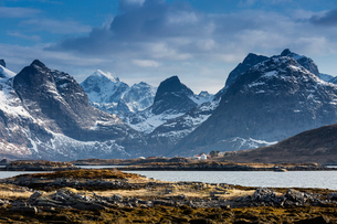 Snow on sunny, craggy mountains, Ramberg, Lofoten, Norwayの写真素材 [FYI02182278]