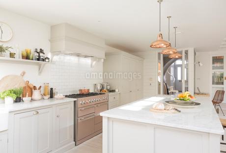 Luxury home showcase kitchenの写真素材 [FYI02182332]
