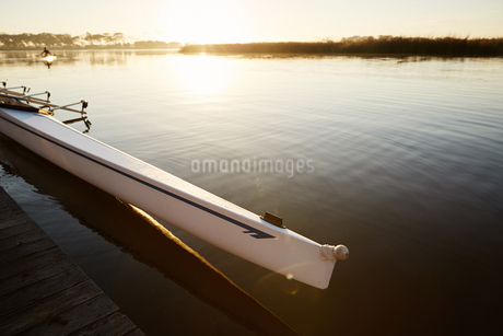 Scull at dock on tranquil sunrise lakeの写真素材 [FYI02182424]