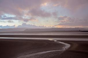 Tranquil sunset estuary view, Arnside Lancs, UKの写真素材 [FYI02182447]
