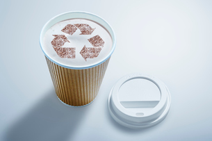 Recycle symbol in recyclable coffee cupの写真素材 [FYI02182452]