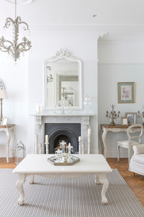 White, luxury home showcase interior living room with fireplaceの写真素材 [FYI02182477]