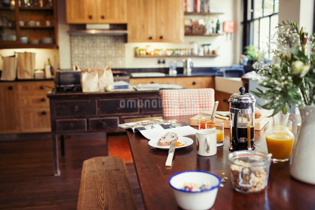 Coffee and breakfast on dining tableの写真素材 [FYI02182538]