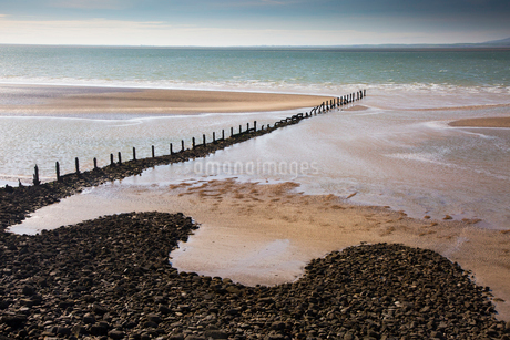 Remote ocean beach with craggy jetty, Heysham, Lancs, UKの写真素材 [FYI02182582]