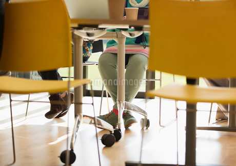 Legs of businesswoman under conference room tableの写真素材 [FYI02182691]