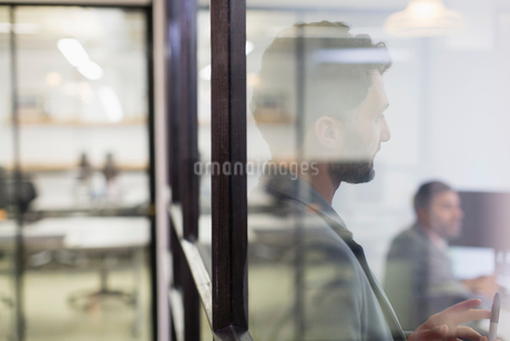Businessman listening in conference room meetingの写真素材 [FYI02182753]