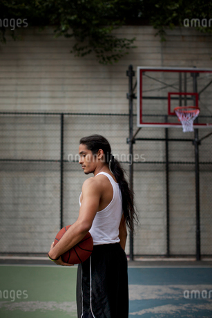 Man standing on basketball courtの写真素材 [FYI02182964]