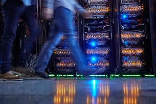 IT technicians walking in dark server roomの写真素材 [FYI02183001]