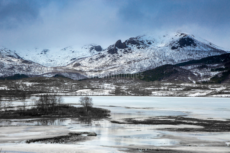 Tranquil snow covered mountains above fjord, Kavasen, Langoya, Vesteralen, Norwayの写真素材 [FYI02183054]