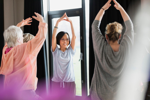 Active seniors exercising in circle, stretching armsの写真素材 [FYI02183100]