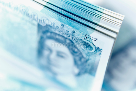Close up five pound note stackの写真素材 [FYI02183114]
