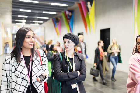 Businesswomen walking and talking at conferenceの写真素材 [FYI02183146]
