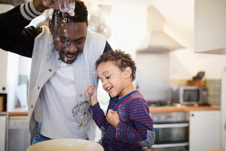 Playful father and son baking in kitchenの写真素材 [FYI02183157]