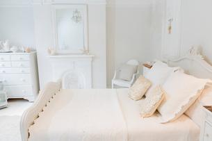 White, luxury home showcase interior bedroomの写真素材 [FYI02183267]