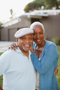 Older couple smiling together outdoorsの写真素材 [FYI02183310]