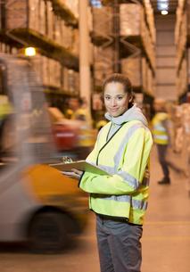 Worker holding clipboard in warehouseの写真素材 [FYI02183387]