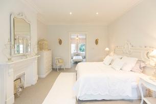 White, luxury home showcase interior bedroomの写真素材 [FYI02183419]