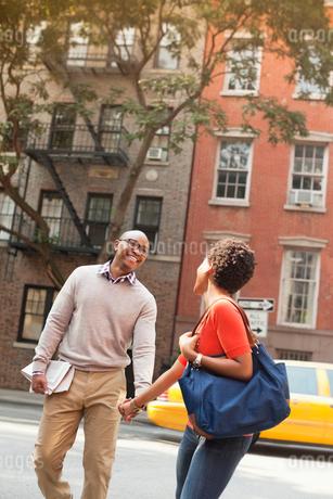Couple walking together on city streetの写真素材 [FYI02183451]