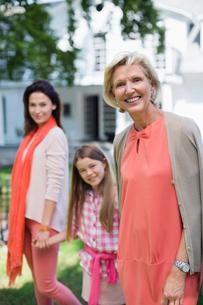 Three generations of women walking togetherの写真素材 [FYI02183542]