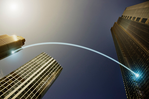 Fiber optic light trail communication connecting highrise buildings, conceptの写真素材 [FYI02183640]