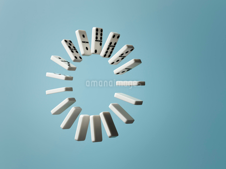 Ring of floating dominoes on blue backgroundの写真素材 [FYI02183743]
