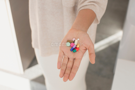 Woman holding, showing multicolor pillsの写真素材 [FYI02183822]