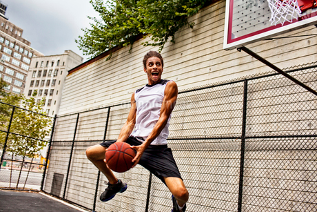 Man playing basketball on courtの写真素材 [FYI02183897]