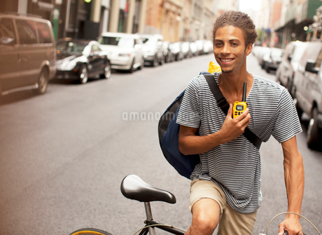 Man riding bicycle on city streetの写真素材 [FYI02183926]