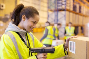Worker scanning box in warehouseの写真素材 [FYI02183951]