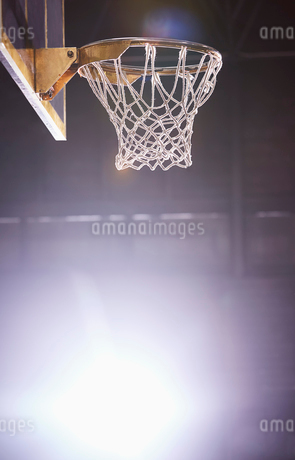 Lens flare around brightly lit basketball hoopの写真素材 [FYI02183971]