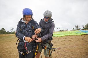 Paragliders preparing equipmentの写真素材 [FYI02183978]