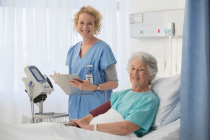 Portrait of smiling nurse and senior patient in hospital roomの写真素材 [FYI02183989]