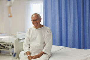 Older patient sitting on hospital bedの写真素材 [FYI02184042]