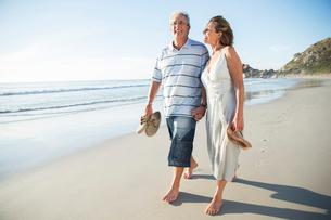Senior couple walking on beachの写真素材 [FYI02184080]