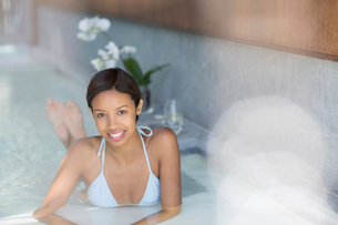 Woman relaxing in spa poolの写真素材 [FYI02184082]
