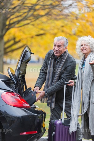 Senior couple removing luggage from car trunkの写真素材 [FYI02184097]