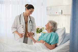 Doctor and senior patient talking in hospital roomの写真素材 [FYI02184111]
