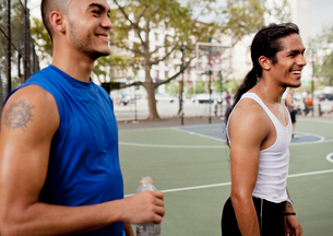 Men laughing on basketball courtの写真素材 [FYI02184119]