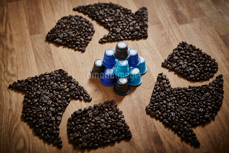 Coffee beans forming recycle symbol around plastic coffee podsの写真素材 [FYI02184137]